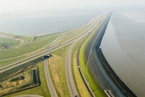 Afsluitdijk , vanaf de Friese kant.