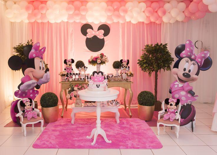 A Minnie na versão rosa é a personagem infantil mais charmosa da Disney. Aqui na Decorativa, você encontra a decoração nas opções Master e tradicional. Sua festa também pode ficar ainda mais completa com o aluguel de nossos opcionais.