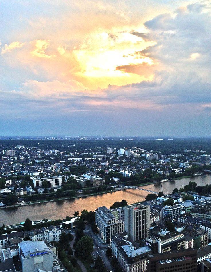 Blick vom TaunusTurm auf Frankfurt-Sachsenhausen.