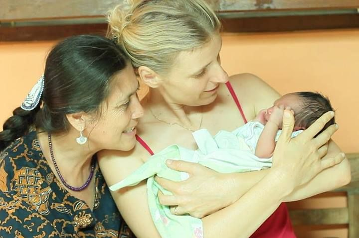 Pioneering Bali-based midwife Ibu Robin Lim left with Elizabeth Gilbert, author of the best-selling book Eat Pray Love, with a newborn. Robin founded the Bumi Sehat Clinic in Nyuh Kuning on Ubud's southern outskirts where it delivers free prenatal care, birthing services, education, and medical aid to needy Balinese and other Indonesians. #RobinLim #IbuRobin #BumiSehat #ElizabethGilbert #Bali #midwifery #EPL