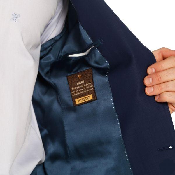 Pürüzsüz dokunuşu, renklerin parlaklığını en iyi şekilde veren yapısı ve inanılmaz hafifliğiyle Altınyıldız Artists® kumaş serisinden yapılan Arctic Takım Elbise en çok satanlar listemizde hep bir numarada! Parliment mavisi Arctic, açık mavi gömlek ve lacivert kravatla beraber şık bir görünüm sağlayacak. % 88 Yün - % 9 Polyester - % 3 Elastane6 Drop - Tek YırtmaçlıNew Classic FitHateko'nun klasikleşen kalıbının en yeni haliDüz Parliment Mavi - İki Düğme