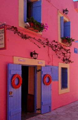 calle azul y purpura: Colors Patterns, Colors Combos, Favorite Places, Stucco Wall, Window, Happy Colors, Exterior Colors, Pink Houses, Greek Islands