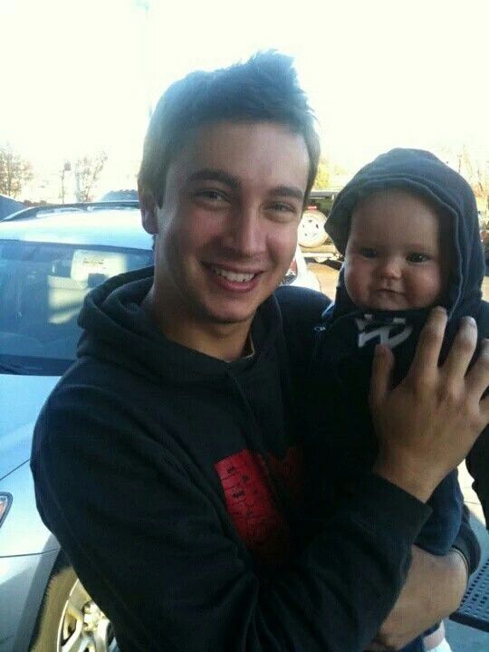 Tyler Joseph with a baby ~k/ HOLY FRICKLE FRACK THATS CUTE PLEASE GOVE THIS MAN A BABY THANKSS