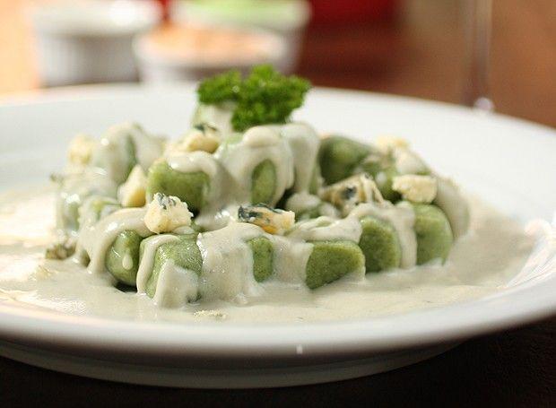 Gnocchi de espinafre com molho cremoso de gorgonzola