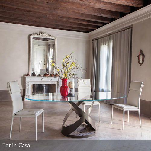 Dieser Trend-Esstisch spielt mit den aktuellen Materialien Glas und Marmor- Trotz dieser eigentlich kalten Materialien wird dieser Tisch durch seine runden…