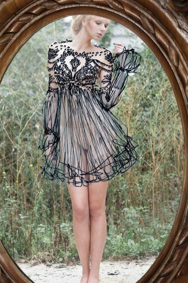 Luca Meneghel est un photographe italien spécialisé dans la photo de mode et de cuisine. Cette série pleine de charme et de poésie, baptisée « into the mirror » est un joli mélange entre la photo et les croquis de la styliste Norma Nardi. Le reflet du modèle nu apparait habillé de dessins dans le miroir.