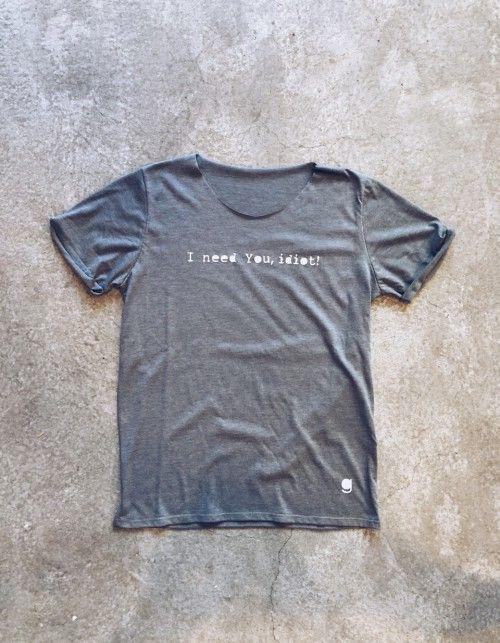 Unikalny wzór wykonany jest ręcznie. Użyte do tego zostały profesjonalne farby do tkanin. Każdy t-shirt realizowany jest na indywidualne zamówienie. Standard 100 produktu OEKO-TEX®. Materiał wyprodukowany w Polsce i jest przebadany na substancje szkodliwe. Pranie delikatne do 30 stopni