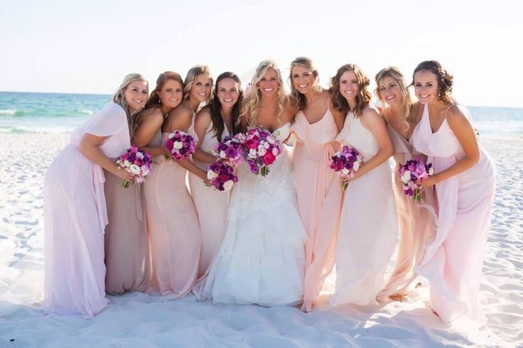 Say yes to the wedding dress! Sposa e damigelle sulla spiaggia.
