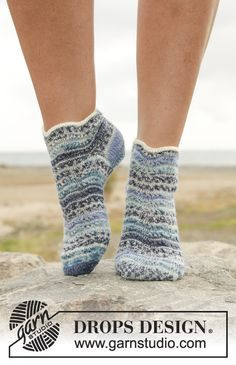 Knitted DROPS socks with stripes and wave pattern in Fabel. Free pattern by DROPS Design.
