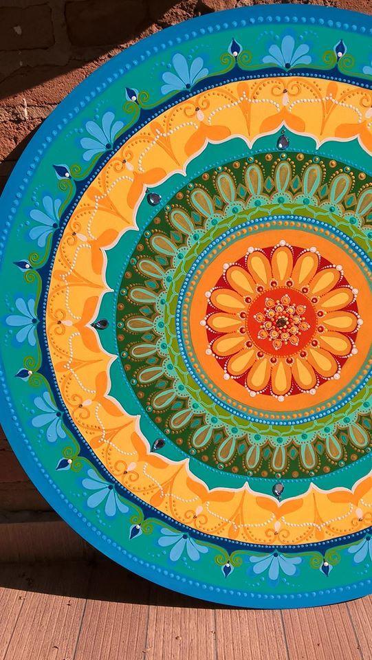 Arte de Rosangela Bavaresco. mandala no MDF, 80cm, acrílica pintada a mão.