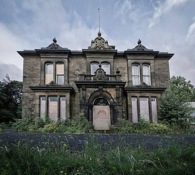 10 Abandoned Houses, Manors & Cottages