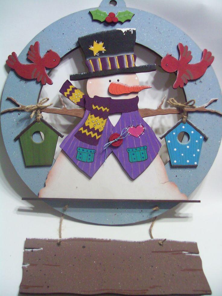Corona de navidad - madera láse. El letrero se personaliza con el nombre de la familia o una leyenda en específico.
