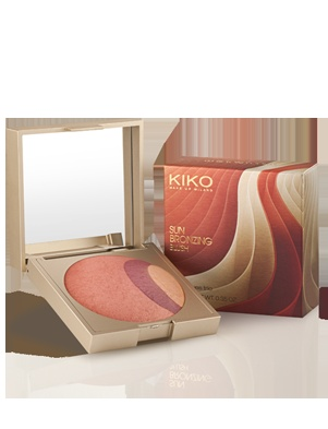 Sun Bronzing Blush    Terra-blush cotta 3 in 1 -Fard cotto in edizione limitata che unisce tre tonalità di colore in un unico prodotto.  Disponibile in quattro tonalità:  - 01 City Bronze, due tonalità differenti di terra blush sul marrone e un illuminante;  - 02 Very Hot Rose, terra con sottotono rosato, blush fuxyia e illuminante;  - 03 Beyond Coral, blush pesca-rosato, blush prugna e illuminante;  - 04 Absolutely Berry, blush prugna, aranciato e illuminante rosato.  Prezzo. 13,90 euro
