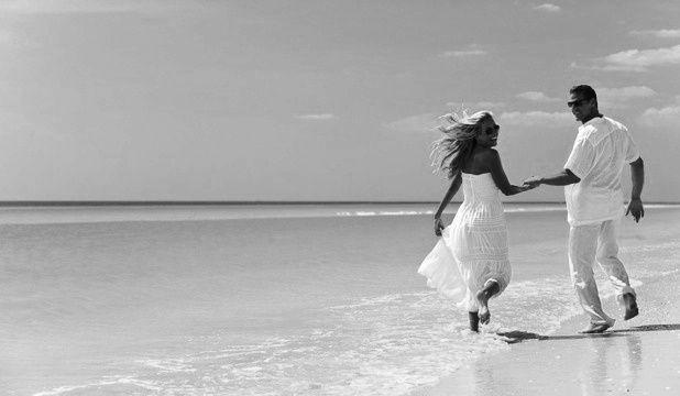 VALSAM PE O PLAJĂ PUSTIE  Petre Stoica - VEŞNIC ABSENTĂ, VEŞNIC PREZENTĂ (2002)  Valsam pe o plajă pustie ea adolescentă în crinolină roz eu magician în fracul tânărului Werther când m-am aplecat să-i şoptesc la ureche cifrul reîntoarcerii eterne m-a trezit din vis explozia soarelui în fereastră  Tagebuch, 2 aprilie 2002