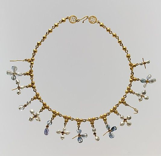 Collar con cruces colgantes del siglo VII. Realizado en Constantinopla en oro, perlas, zafiros, cuarzo y cuarzo ahumado. Este tipo de diseño.exquisito,sumado a las perlas y los zafiros,nos induce a pensar que el dueño era rico e influyente,probablemente de la familia real.