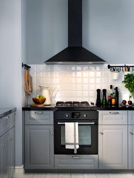 Grått kök med mörkgrå varmluftsugn och fläktkåpa