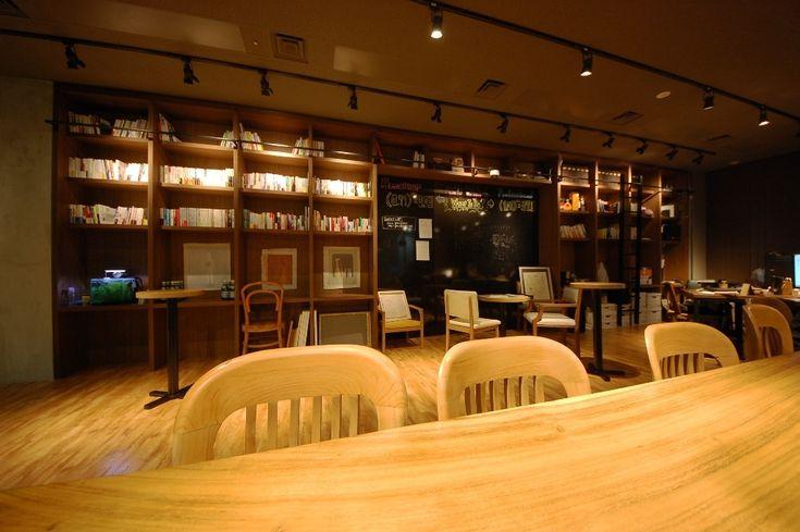 造作家具とブルーグリーンのガラスパーテーションが象徴的なカフェオフィス|オフィスデザイン事例|デザイナーズオフィスのヴィス
