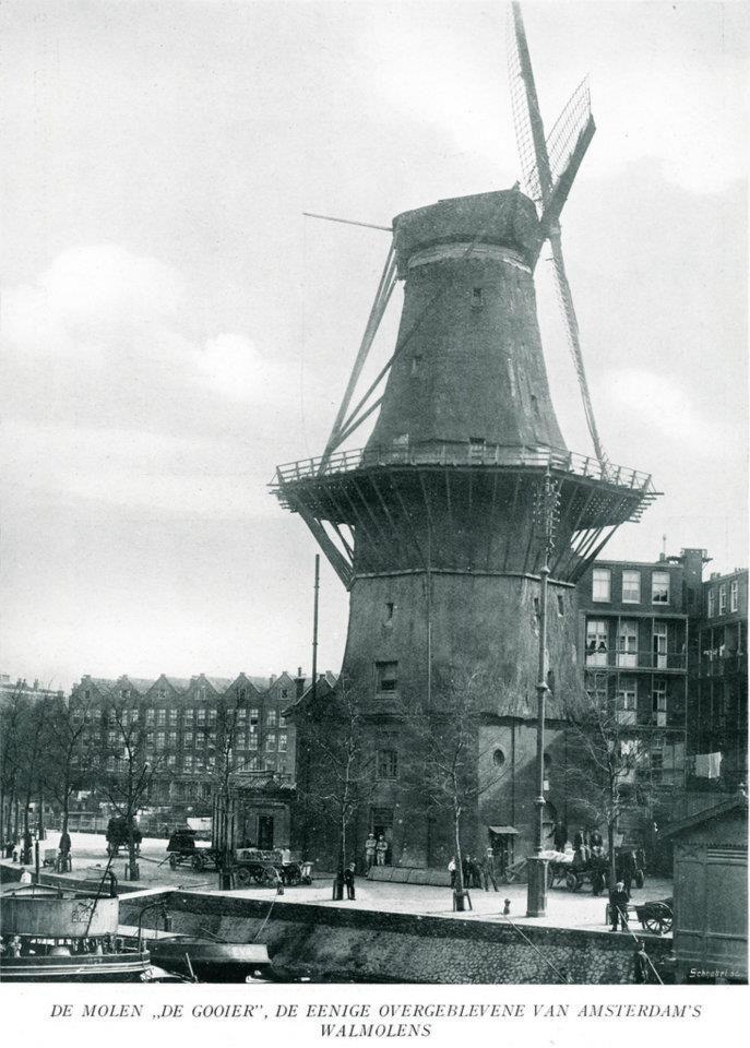 1920 Amsterdam molen de gooijer De Gooyer is een stellingmolen aan de Amsterdamse Funenkade, bij de Zeeburgerstraat / hoek Sarphatistraat, tussen de Nieuwe Vaart en Singelgracht. De molen dankt zijn naam volgens sommige bronnen aan het feit dat de molen door zijn hoogte uitkijkt over Het Gooi.De molen is eigendom van de gemeente Amsterdam.