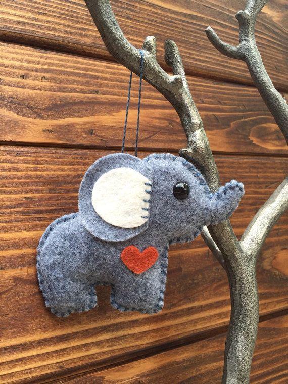ornamento di Natale elefante, portachiavi, mobile allegato, ornamento specchio auto, giocattolo della peluche in feltro di lana / stuffie - giornata nuvolosa