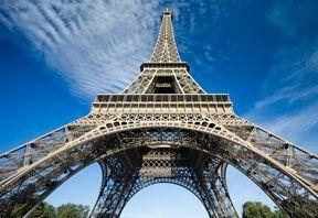 Nu sariti peste vizita Turnului Eiffel. Chiar si pe parizieni inca ii fascineaza marimea si transparenta lui. Poti vizita Turnul Eiffel de unul singur sau il poti vizita in cadrul unui Paris Tour. Unele tururi includ un pranz sau o cina la Turnul Eiffel.