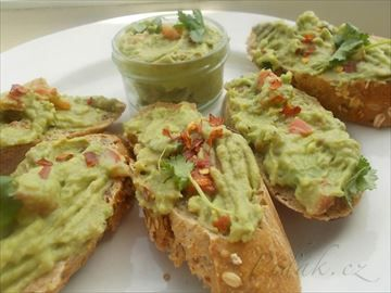 Zobrazit detail - Recept - Guacalome - avokádový dip s feferonkou nebo s česnekem, podávaný na celozrnném pečivu