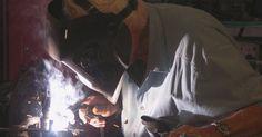 Cómo leer planos de soldadura. Los arquitectos y redactores generalmente incluyen instrucciones de soldadura detalladas en sus planos, para asegurarse de que el soldador sepa exactamente cómo quiere el redactor que se haga la soldadura. Los detalles incluyen el tipo de soldadura, su tamaño, el número de soldaduras similares que deben hacerse y quizás incluso detalles acerca de ...