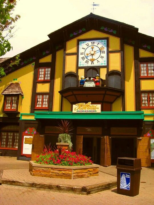 Kings Island I remember when this clock used to work and the little wooden people would come out of those 3 doors on top and dance around while the 2 at the table would bang their mugs on the table on the hour