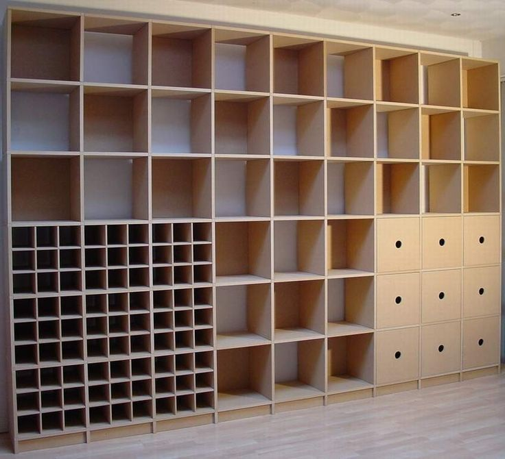 Qube boekenkast, van De Zaak. Voorlopig leeg.