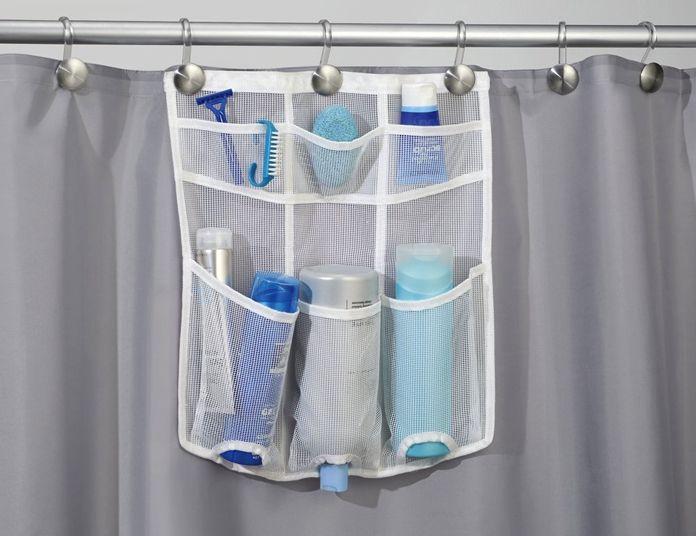 Un gadget funzionale per sistemare facilmente lo shampo e il docciaschiuma a portata di mano quando ti fai la doccia. Si monta direttamente sul tubo su cui scorrono i ganci della tenda della doccia