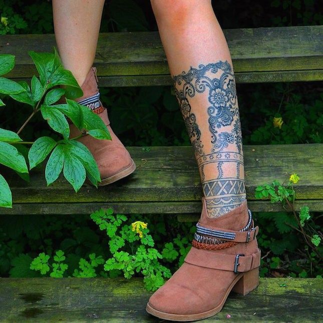 How gorgeous is this knee-high boho patterned tattoo?!