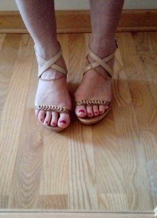 Kup mój przedmiot na #vintedpl http://www.vinted.pl/damskie-obuwie/platformy/15941418-sandaly-na-koturnie-38-bezowe-lancuszki