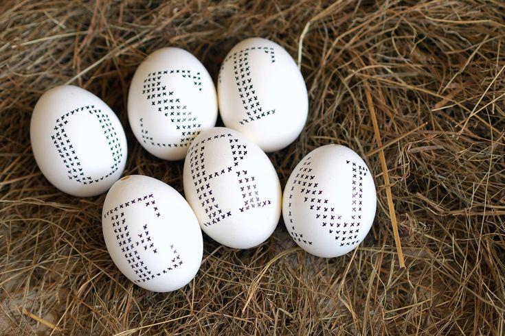 """Ostereier mit Kreuzstichbuchstabendekor - """"Fee ist mein Name"""" // Cross stitch easter eggs"""