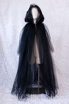 Costume simple, économique pour joueur sombre de tous les Pontificats homme comme femme. Garantie à 100% qu'elle va tomber en lambeaux macabres... Et je crois que c'est ce qu'on préfère dans l'idée. Pourquoi pas coller/coudre des plumes, feuilles ou autres décorations ? / Dark and mysterious, this full length tulle cape the perfect ethereal shroud for a witch, ghost, spirit, zombie, wraith, specter, banshee or