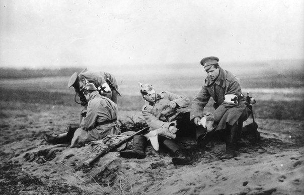 Российские врачи оказывают помощь раненым немецким солдатам. Восточный фронт. Первая мировая война. 1915г.