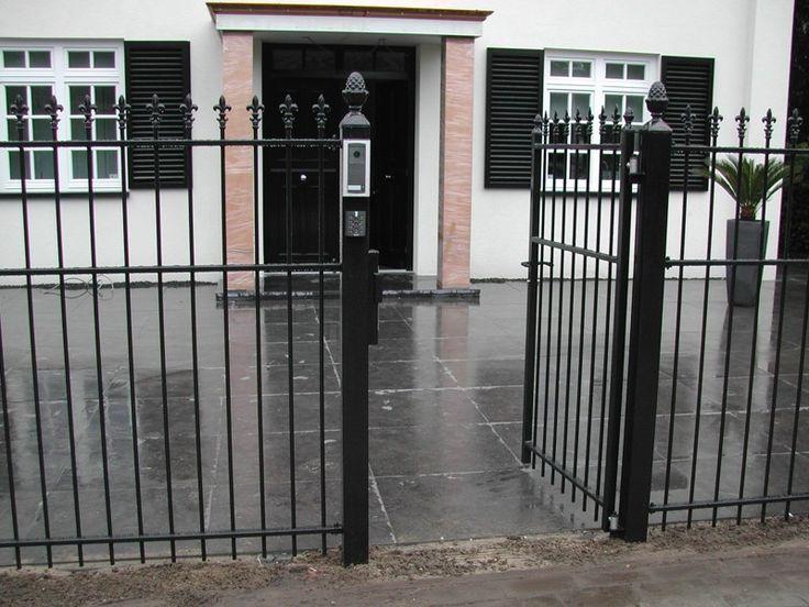 Looppoorten Twiske (3). Looppoort, poort van metaal maatwerk. De poort is vaak een aanvulling op het sierhekwerk in de voortuin, tuin.