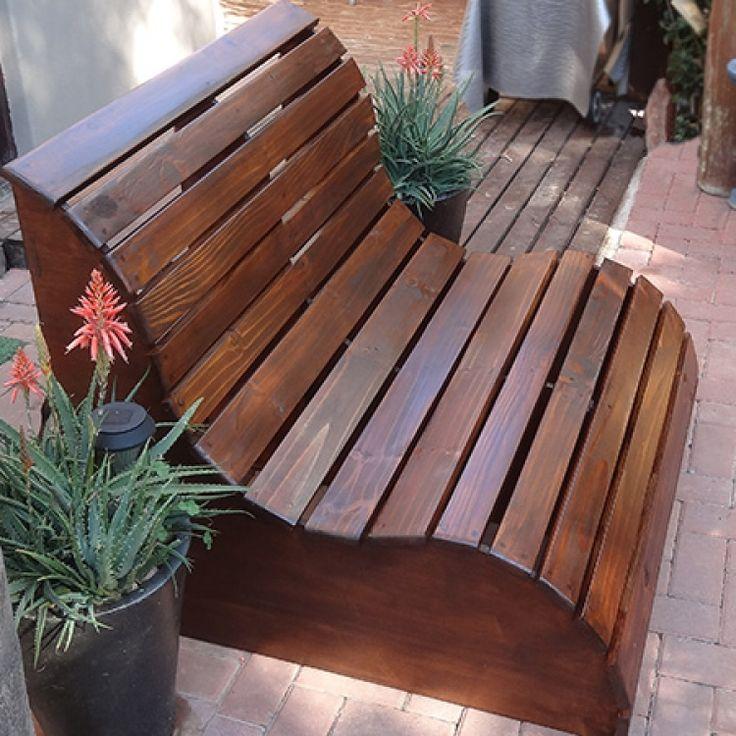 Этот садовый диван для двоих состоит из сосновых досок и основания из морской фанеры.