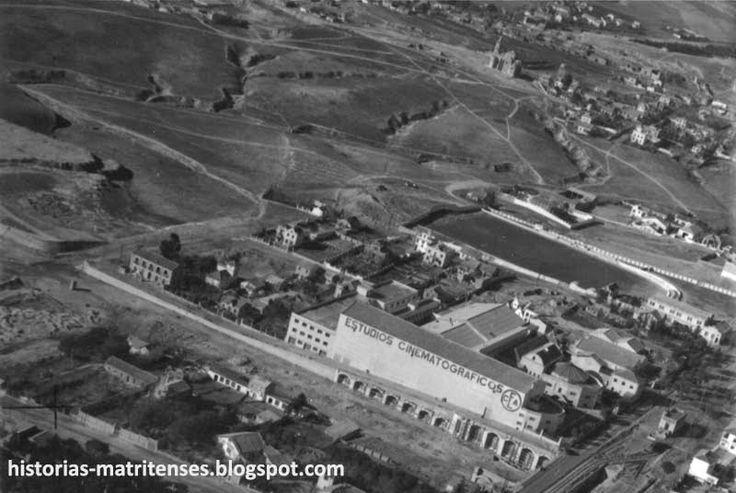 """Madrid. 1952. El """"pueblo"""" de Canillas, y edificios situados en la futura zona de Arturo Soria (Ciudad Lineal)/ Madrid, 1952. The """"town"""" of Canillas, before it was included in the city as part of Arturo Soria's Ciudad Lineal."""