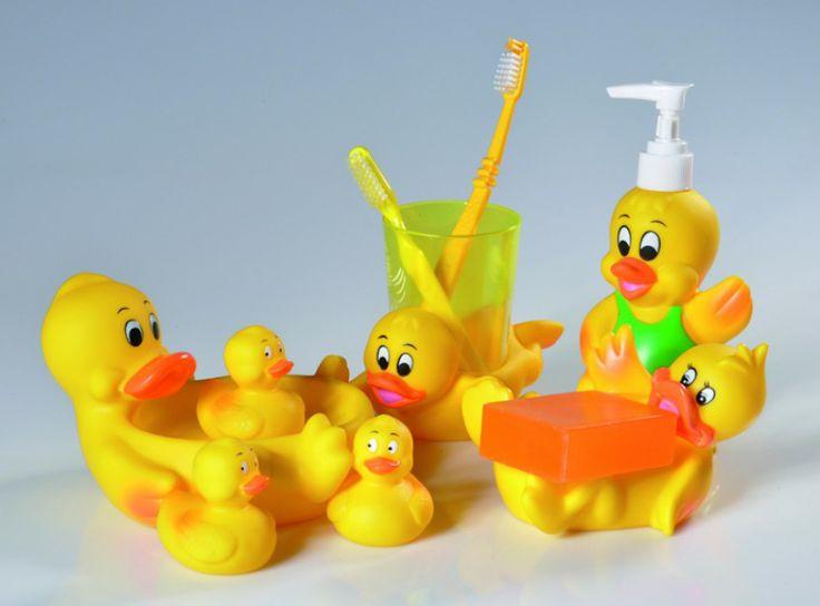 Kaczuszki - akcesoria dla najmłodszych; z wesołą rodziną kaczuszek można myć rączki, kąpać się w wannie czy myć zęby. Cena: ok. 12,99 zł/mydelniczka, ok. 19,99 zł/kubek, ok. 19,99 zł/dozownik, Yoka pure home/Praktiker.