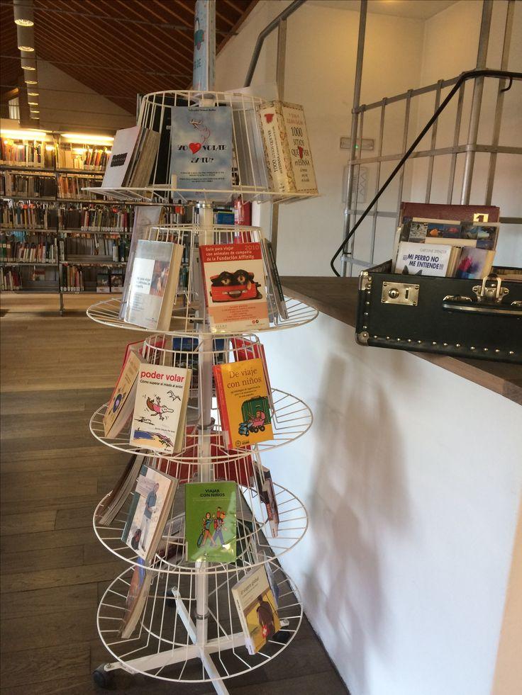 Expositor situado en la 4ª planta de la Biblioteca con toda la información necesaria para preparar tus vacaciones de verano