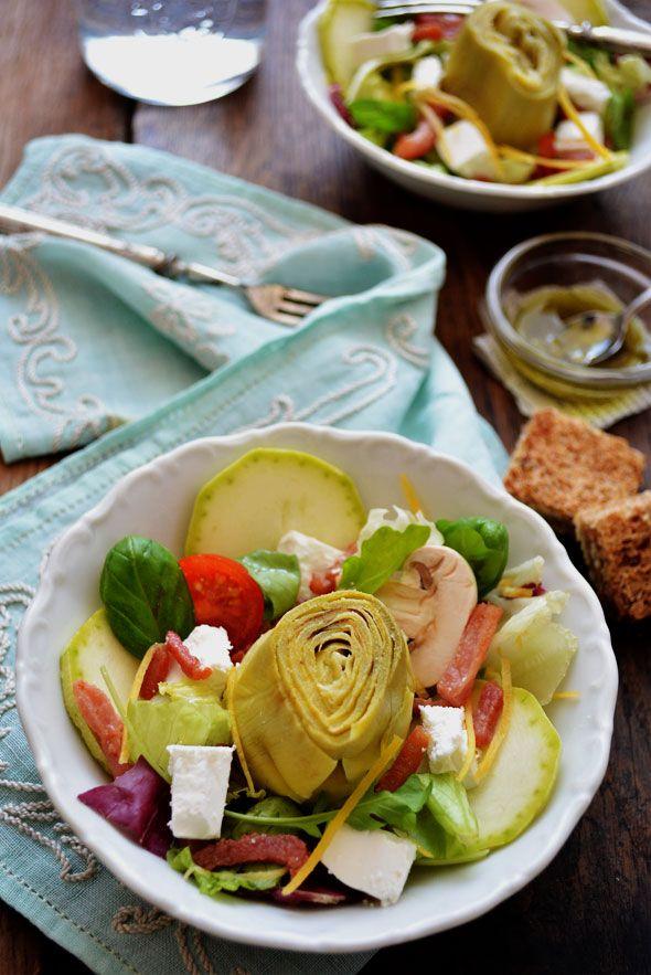 FRANSE MAALTIJDSALADE MET ARTISJOK, GEITENKAAS EN SPEKJES ● Wat deze salade zo bijzonder lekker maakt, zijn de verse basilicum en de pesto-dressing. Het recept is eenvoudig. Lees meer >> http://hallosunny.blogspot.nl/2015/05/franse-maaltijdsalade.html