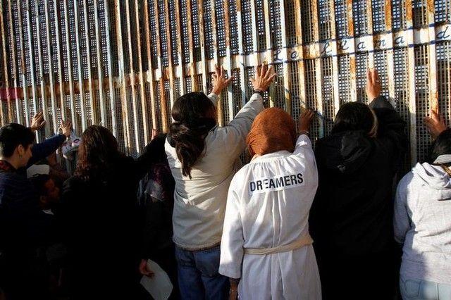"""Casa Blanca propone legalizar a 1,8 millones de """"dreamers"""" - Foto de archivo: Un grupo de """"Dreamers"""", inmigrantes ilegales que llegaron a Estados Unidos cuando eran niños, se paran cerca de la doble valla de acero que separa ese país y México en la frontera en Tijuana, México, 16 de diciembre del 2017. REUTERS/Jorge Duenes WASHINGTON (Reuters) ... - https://notiespartano.com/2018/01/26/casa-blanca-propone-legalizar-18-millones-dreamers/"""