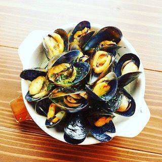 こんばんわ! 最近寒くなってきましたね😓だんだん冬を感じる季節になってきましたが、そんな時に最高の一品を紹介!  活きムール貝白ワイン蒸しです! なんと珍しく国内産のムール貝を使用してるんです🐚! この貝を食べた後に残ったスープでリゾットやパスタも作れて1度で2度楽しめる一品です😍😍 是非寒くなってきたこれからの季節にお召し上がりください!  #炭火とワイン#バル#炭火とワイン学芸大バル#肉バル#時間無制限飲み放題#目黒#旬#肉#自由ヶ丘#渋谷#イタリアン#都立大学#東横線#中目黒#学大#学芸大学#おいしい#love#instagood#インスタ映え#happy#ムール貝#国内産#あつあつスープ#冬にぴったり