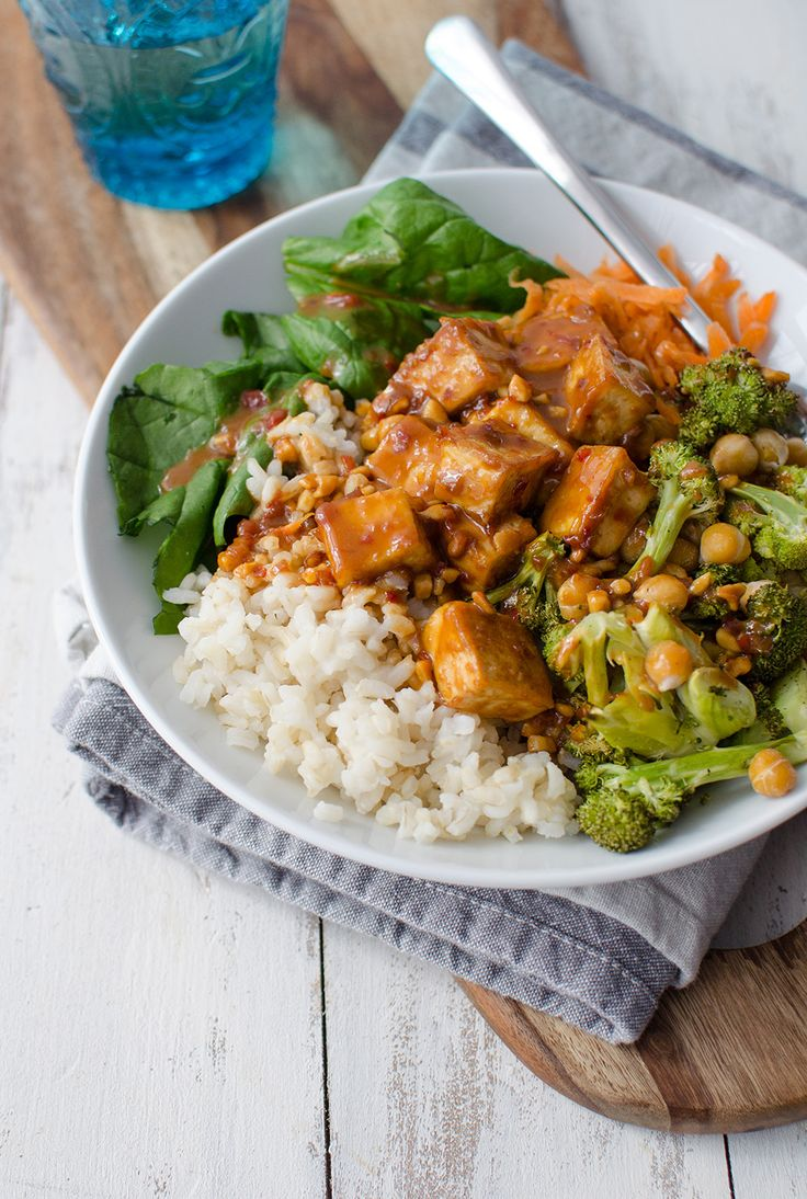 Peanut Tofu Buddha Bowl! A healthy lunch or dinner, perfect for the New Year! Brown rice, the BEST tofu, vegetables, roasted broccoli in a simple peanut sauce. Vegan and Gluten-Free. | www.delishknowledge.com