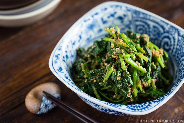 Een heerlijk bijgerecht van Just One Cookbook: spinaziesalade met een dressing van onder andere sesamzaadjes, sojasaus en mirin. Hoog op smaak en perfect voor bijvoorbeeld sushi. Je kooptde mirin en sakebij de Japanse winkel of Aziatische toko.