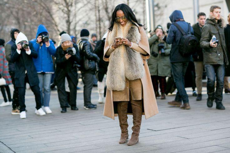 Scegliere un cappotto con le maniche a tre quarti è abbastanza coraggioso, considerando il freddo che fa a New York in questi giorni, quindi questa ragazza ha dovuto abbinare una stola di pelliccia eco. Buona scelta!