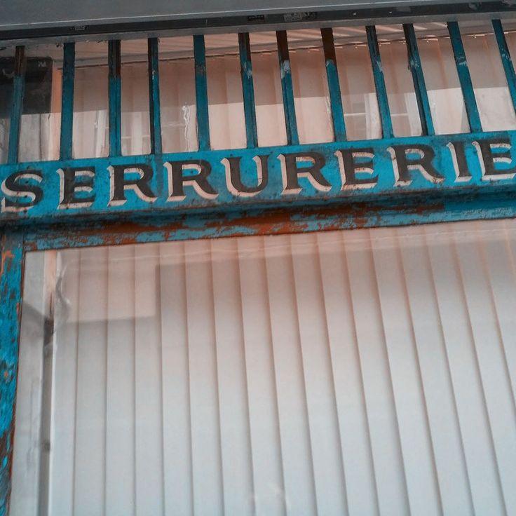 Antiguo Cartel de una cerrajería de Paris -  #paris #france #francia #europa #turismofrancia  #aparis #visitarparis  #guíaparís  #viajarafrancia  #turismoparís  #parisino #turismologa  #turistanto  #viajaresvivirdosveces  #viajearquitectura  #viajeros  #blogdeviaje #viajantesolo #viajandoando
