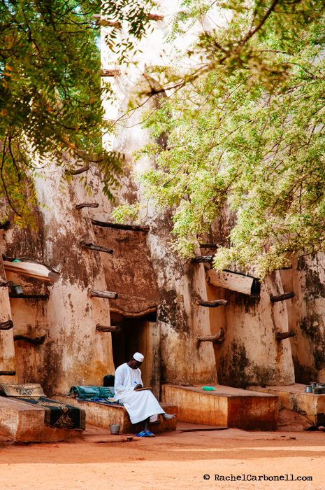 Marabu leyendo en la mezquita de Bobo Dioulasso. Burkina Faso | by nomadiceyes