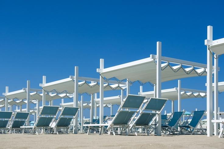 Pergole Fly, modele de pergole Gibus pentru  umbrire locuri de plaja. Peisaj superb cu FLY. Preturi excelente.