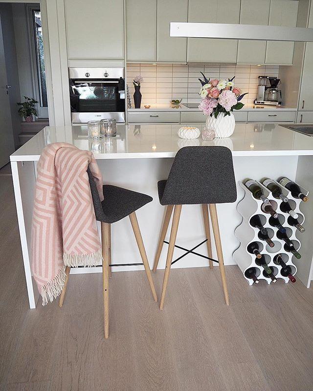 God kveld🌺😊 Nå blir det grillmat om en liten stund💕sulten! 😳 - - Good evening 🌺😊the barbecue is soon ready💕hungry! 😳 - - - - - - - - - - - - - - - #interior#lights#interiordesign#flowers#interiør#inspiration#pastel#fashionstyle#deco#cozy#bolig#nordicinspiration#decor#instalove#homedecor#detalis#kitchen#kitcheninspiration#shelf#kitchendecor#kitcheninspo#kitchendesign#rom123kjøkken#kjøkken#kÖk#barstol#vin#køkken