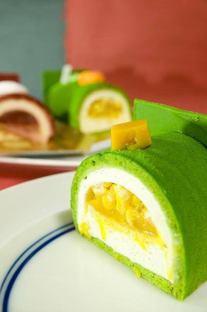 Postres al estilo coreano. Pionono de té verde relleno con mango.